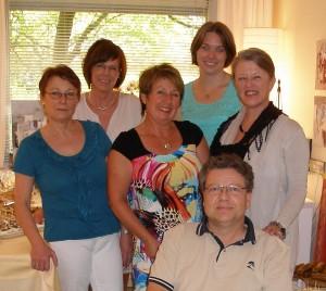 Praxisjubiläum: v.l.n.r.: Renate Gaffe, Astrid Hellwig, Ursula Stein, Eva Stiel, Ulrike Plinke, Dr. Carlos Keller